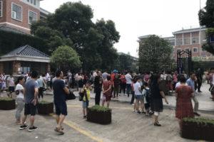 中国の小学校で迎えにくる親たち